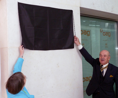Past Master John Rae and Alderman Alison Gowman unveiling the plaque.